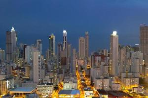 vue nocturne de la ville de balneario camboriu à santa catarina, brésil photo