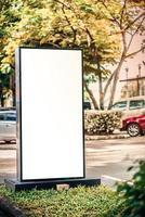maquette de panneau d'affichage vierge avec écran blanc sur parking photo