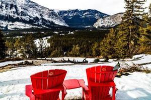 la vue depuis les chaises rouges au sommet des montagnes du tunnel. parc national banff, alberta, canada photo