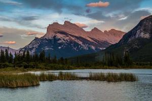 coucher de soleil sur les lacs vermillon. parc national banff, alberta, canada photo