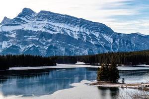 la montagne rundle vue depuis le lac Two Jack. parc national de banff. alberta, canada photo
