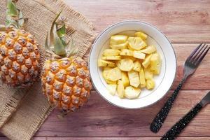 tranche d'ananas dans un bol sur la table photo