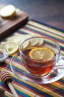 thé au citron et miel sur fond en bois. photo