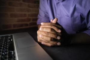 main de pirate volant des données d'un ordinateur portable de haut en bas photo