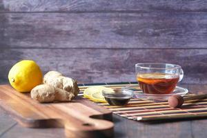 thé vert au gingembre, citron et miel sur fond de bois. photo