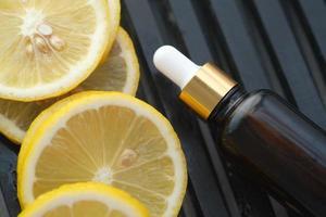 récipient en verre d'huile et de citron sur table photo