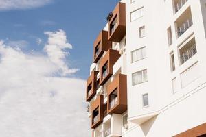 hôtel ou immeuble moderne sur fond de ciel photo