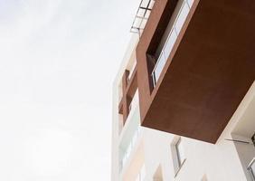 hôtel ou immeuble sur fond de ciel photo