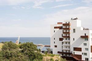 hôtel ou immeuble moderne en bord de mer photo