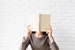 femme dans des vêtements décontractés lisant un livre photo
