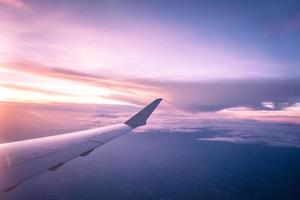 coucher de soleil depuis la fenêtre de l'avion photo