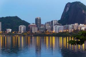 Bâtiments à la lagune rodrigo de freitas à rio de janeiro, brésil photo