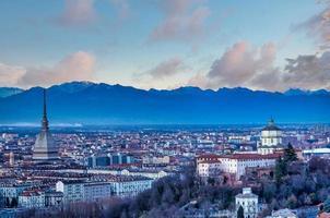 Horizon panoramique de Turin au coucher du soleil avec les Alpes en arrière-plan photo