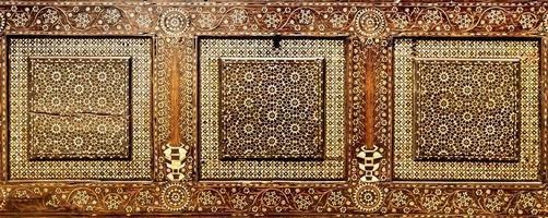 Art antique de décoration en bois sur un meuble italien du 15ème siècle. photo