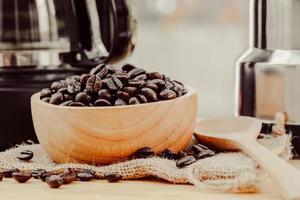 grain de café sur bol en bois avec fond de café fait maison photo