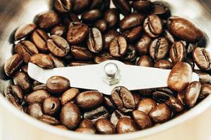 gros plan grain de café sur moulin à café photo