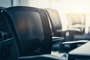 Close up chaise noire sur salle de réunion dans un bureau moderne photo