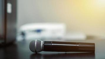 bouchent le microphone sur la table dans la salle de réunion au bureau moderne photo