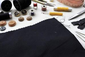 outils de couture sur fond de tissu blanc photo