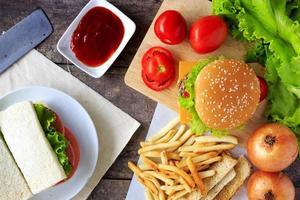 hamburger de boeuf grillé avec légumes sur table en bois photo