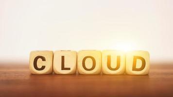 bloc de texte nuage sur table en bois au coucher du soleil fond photo