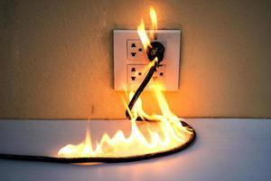 sur la prise de courant de fil électrique en feu photo