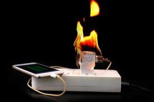 sur le feu adaptateur chargeur de téléphone intelligent à brancher la prise de courant photo