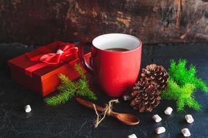 tasse de chocolat chaud rouge et coffret cadeau le jour de noël photo