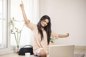 a quitté la jeune femme indienne avec un ordinateur portable à la maison. photo