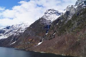 avec un bateau de croisière à travers le ardalsfjord photo