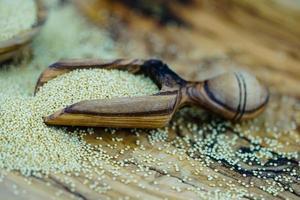 graine d'amarante sur bois d'olivier photo
