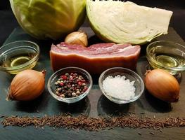 jarret de porc avec choucroute et pain photo