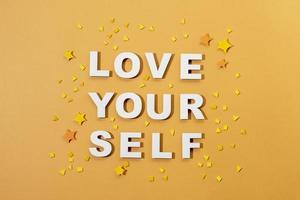 arrangement de style de papier de lettrage d'amour de soi photo