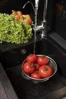 l'arrangement d'aliments sains dans le réfrigérateur photo