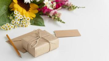 vue de dessus bouquet de fleurs avec cadeau photo