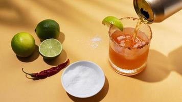 table d'assortiment de boissons michelada épicées photo