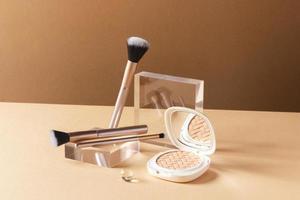 concept de maquillage avec plante dorée photo