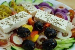 salade grecque aux olives au fromage feta et piments forts photo