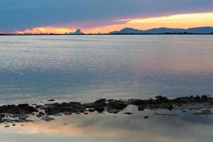 coucher de soleil à l'estany pudent dans le parc naturel de ses salines photo