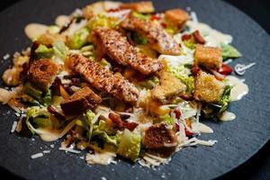 salade césars traditionnelle au poulet grillé photo