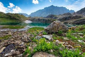 petit lac de haute montagne avec transparent photo