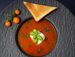 tomates rondes rouges solanum lycopersicum pour une soupe photo