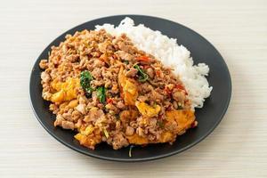 porc haché sauté au basilic et œuf garni de riz - style cuisine asiatique photo