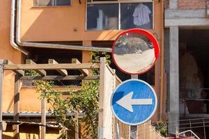 panneaux de signalisation dans la ville photo