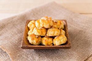 Biscuits durian sur plaque blanche - dessert photo