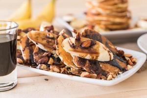 Pancake banane aux amandes et sirop de chocolat photo