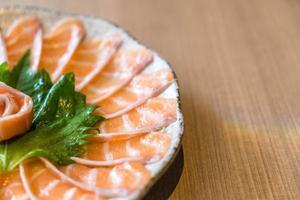 sashimi de saumon en tranches - cuisine japonaise photo