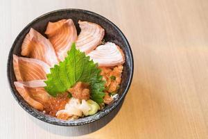 ensemble de donburi au saumon mélangé - cuisine japonaise photo