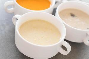 soupe de maïs dans un bol photo