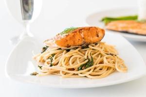 spaghetti épicé sauté au saumon grillé photo